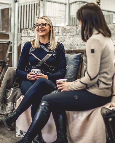 härlig bild på fikastund med outfits från italienska klädmärket vestrum
